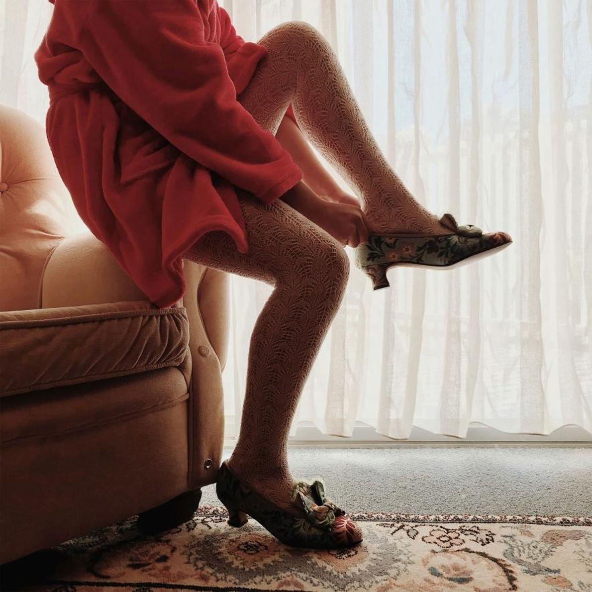 Berta, 10 ans, enfile ses chaussures avant de se mettre en route pour l'élection de la ...