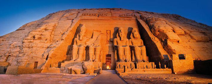 Quatre statues colossales de Ramsès II décorent la façade du Grand temple d'Abou Simbel. Bien que cela puisse ...