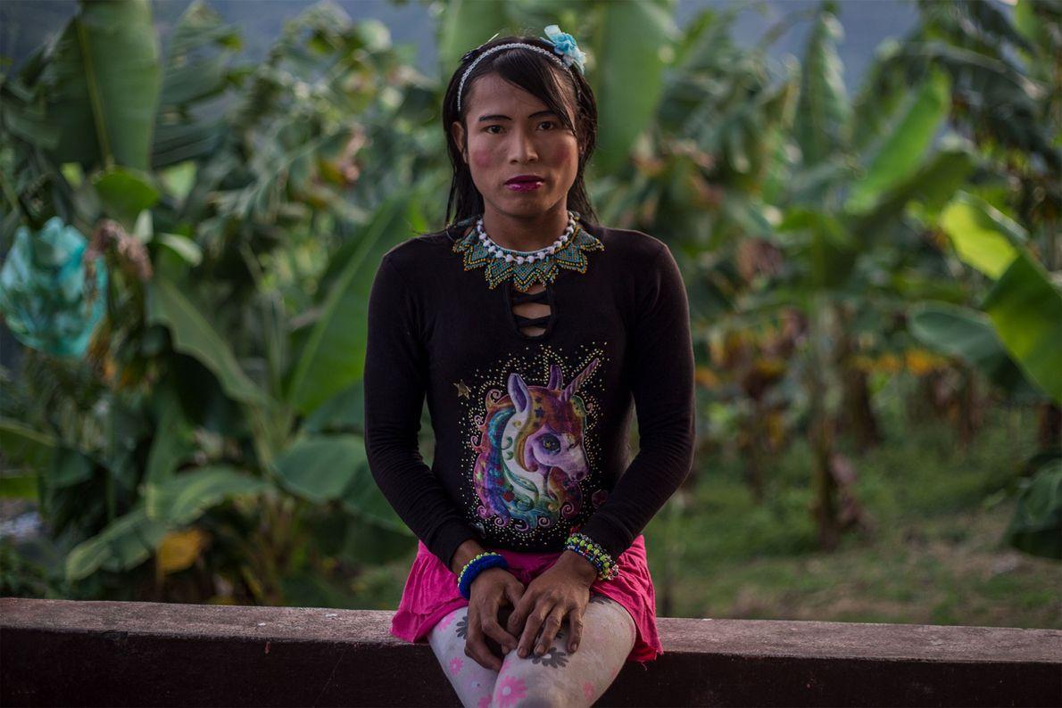Après s'être changée, Francy, qui appartient à l'ethinie Emberá Katio, pose sur le balcon d'un bâtiment ...
