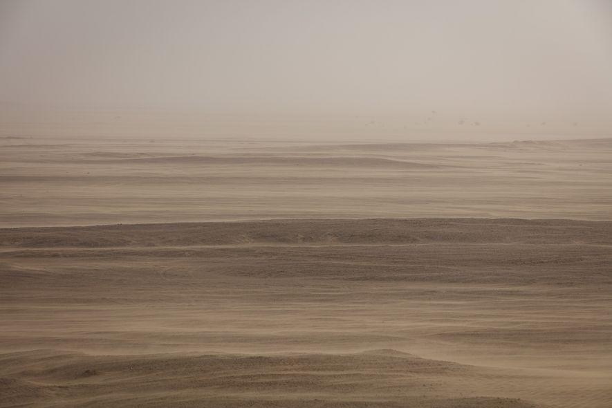 À Oman, dans la région du Dhofar, une tempête de sable teinte le désert de rouges ...