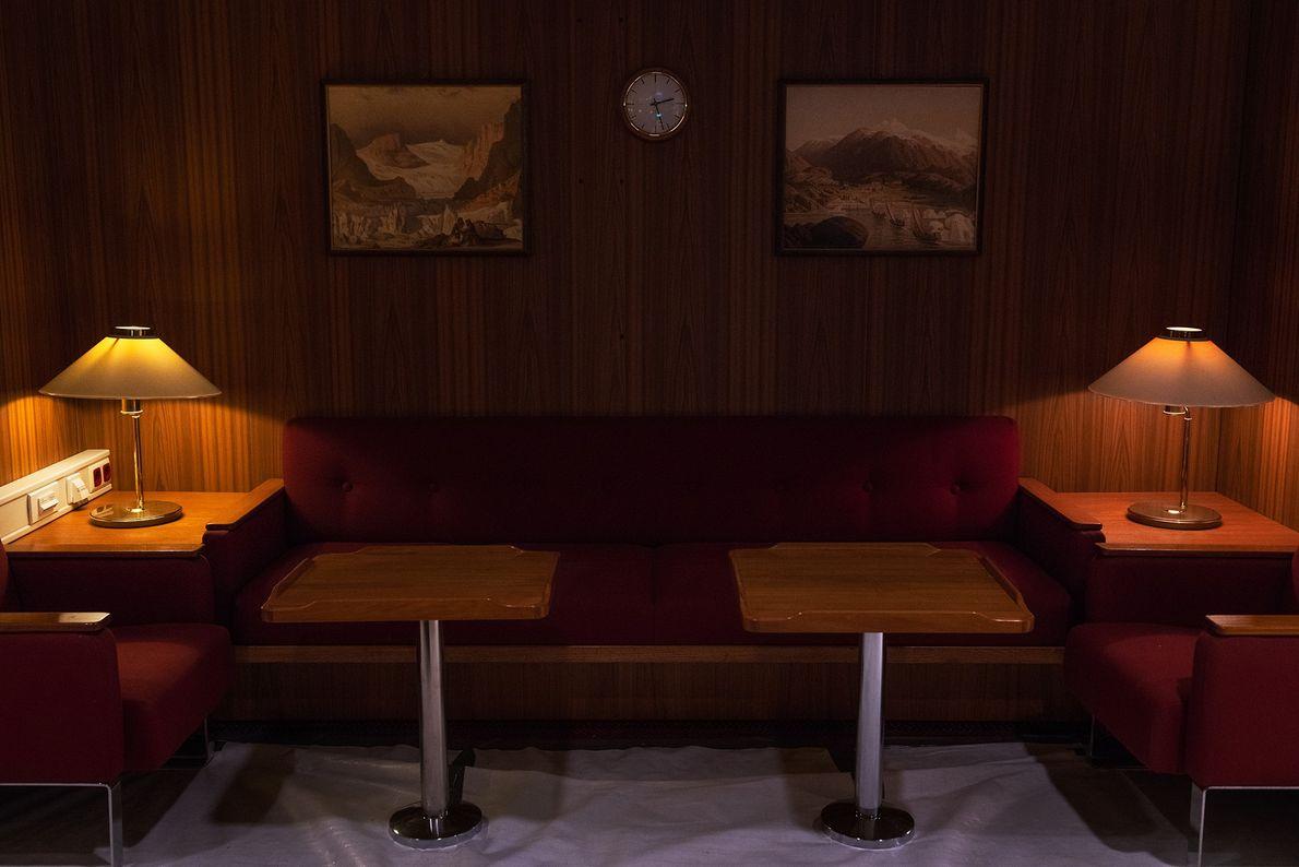 Le salon rouge du Polarstern offre aux passagers un espace partagé dans lequel ils peuvent travailler. ...