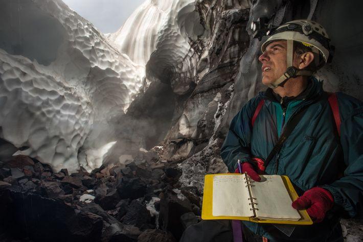 L'arpenteur principal Scott Lin prend des notes lors du premier levé de la grotte de la ...