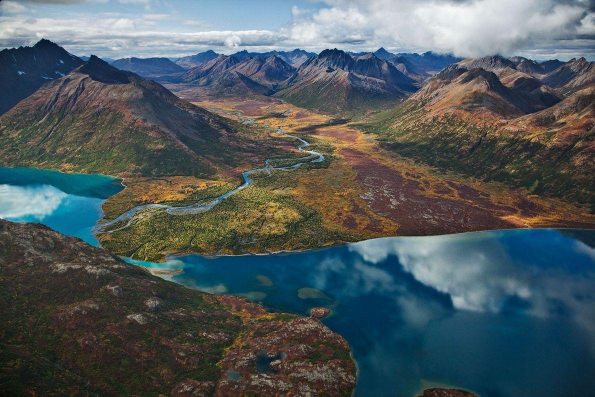 Le lac Chikuminuk reflète le caractère indompté des espaces naturels que renferme le parc d'État Wood-Tikchik ...