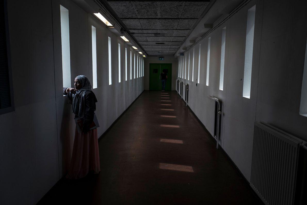 Mako Husa, 40 ans, originaire d'Éthiopie, regarde par l'une des fenêtre de la prison amstellodamoise.