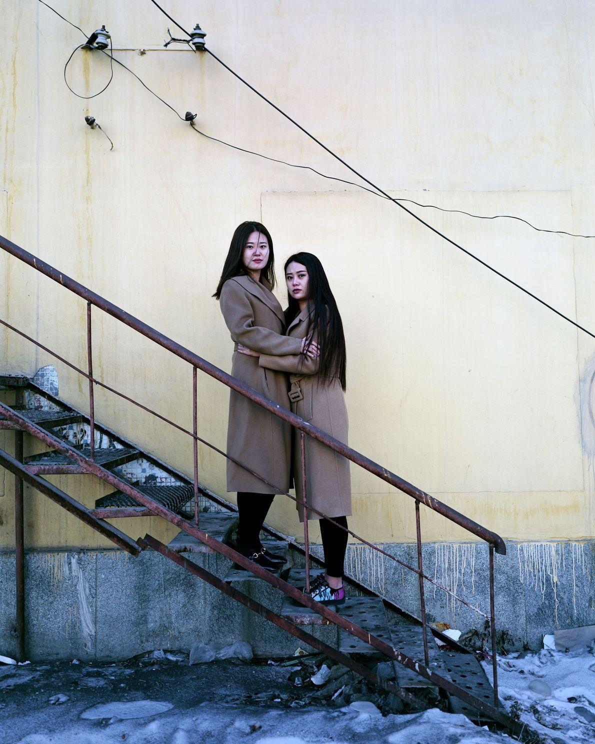 Les jumelles Haun, âgées de 22 ans, vendent des vêtements à Fularji. Elles disent ne pas ...