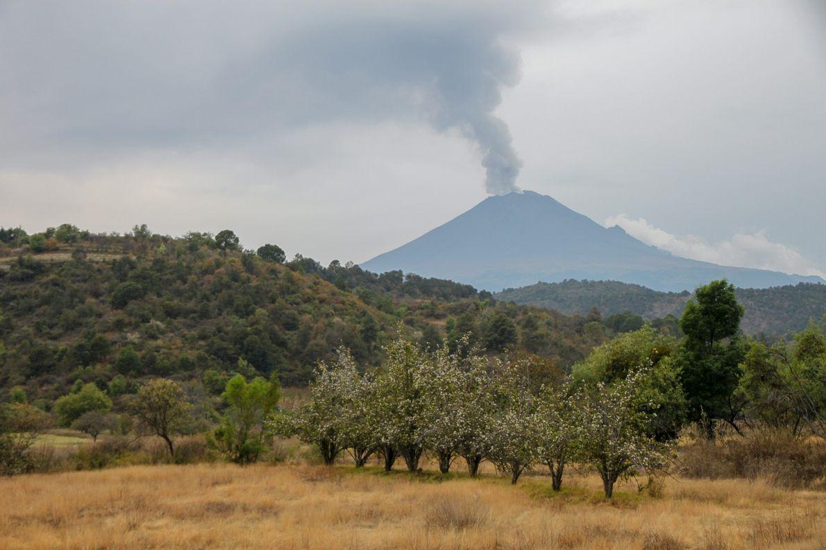 Le volcan souffle quotidiennement. Ici le Popocatepetl vu depuis le village de Santiago de Xalitzintla, quelques …