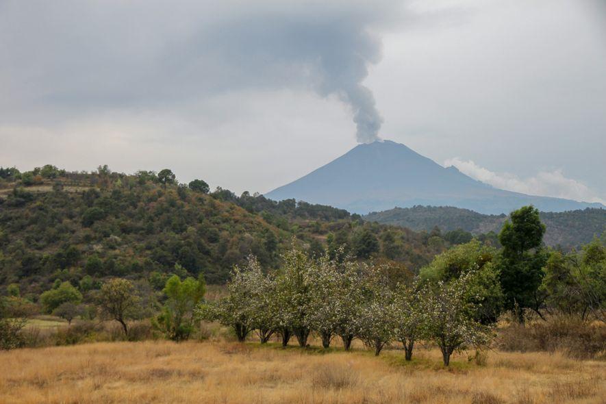 Le volcan souffle quotidiennement. Ici le Popocatepetl vu depuis le village de Santiago de Xalitzintla, quelques ...