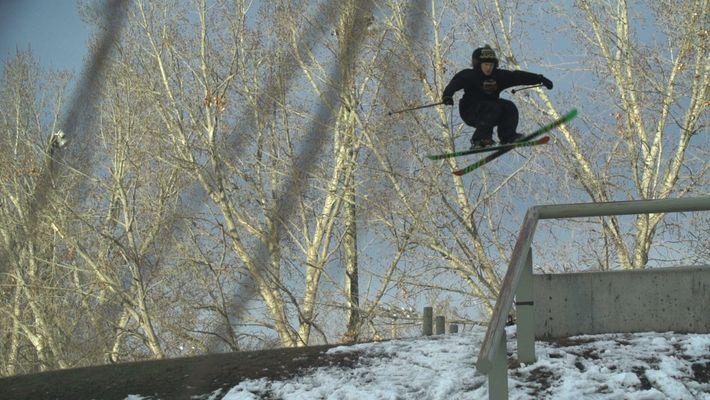Ce skieur réussit des sauts acrobatiques sans effort