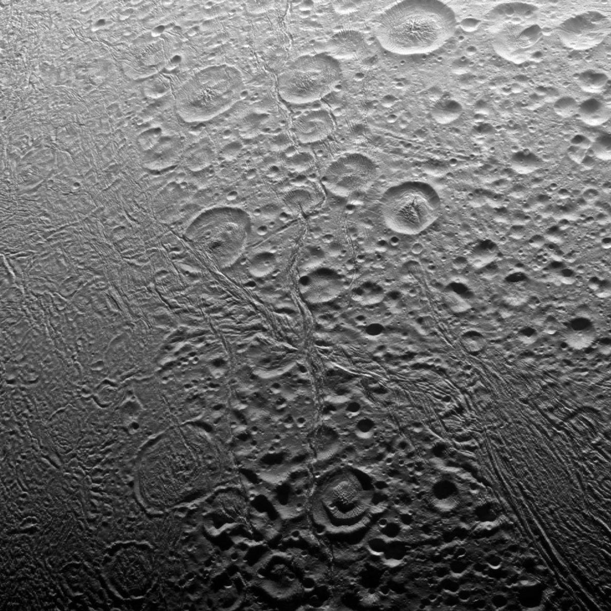 Cassini a révélé que le nord polaire d'Encélade présentait de nombreux cratères, une indication du non-renouvellement ...