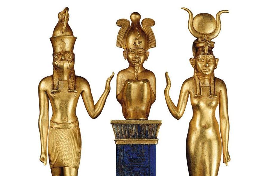 Isis (à droite), portant un disque solaire à cornes, et son fils Horus adressent un geste ...