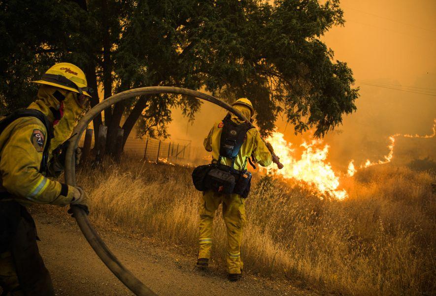 Les pompiers californiens sont mobilisés pour éteindre les flammes alors que l'incendie River avance en direction …