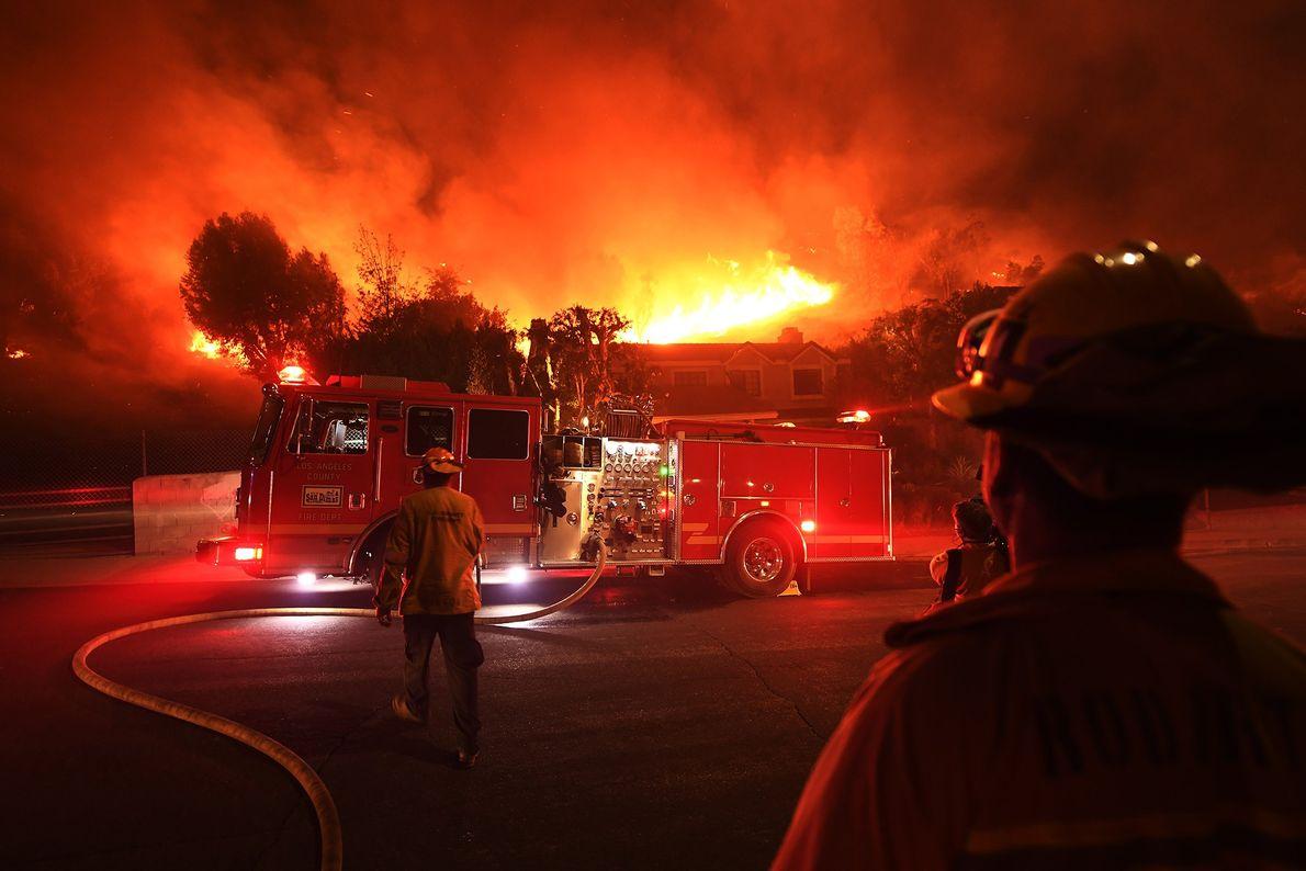 Le 9 novembre, des pompiers du comté de Los Angeles observent l'incendie Woolsey, hors de contrôle, ...