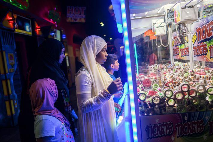 Des enfants musulmans jouent dans une salle de jeux à Orange County, en Californie, le jour ...