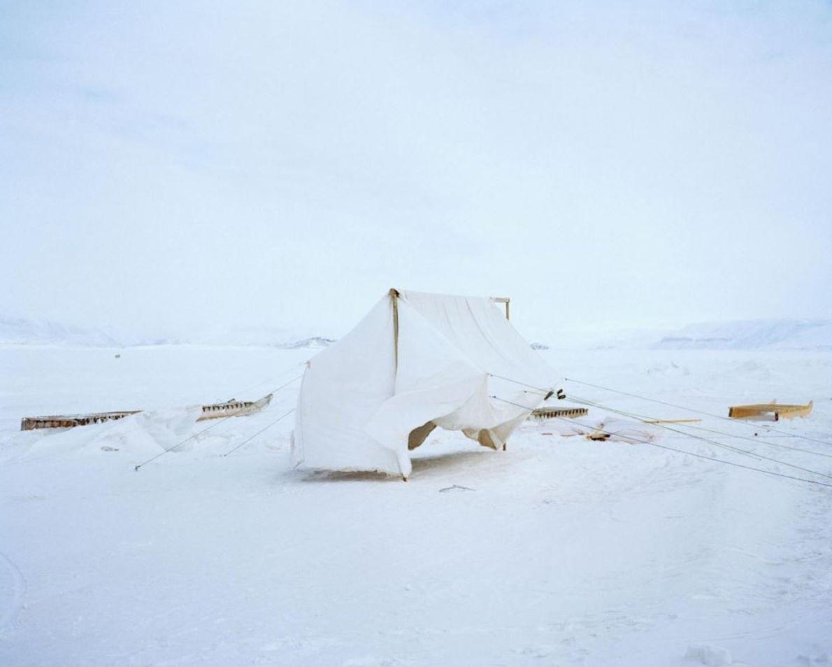 Avant de partir en camping, cette tente fabriquée main sèche sur la banquise de Nunavut.