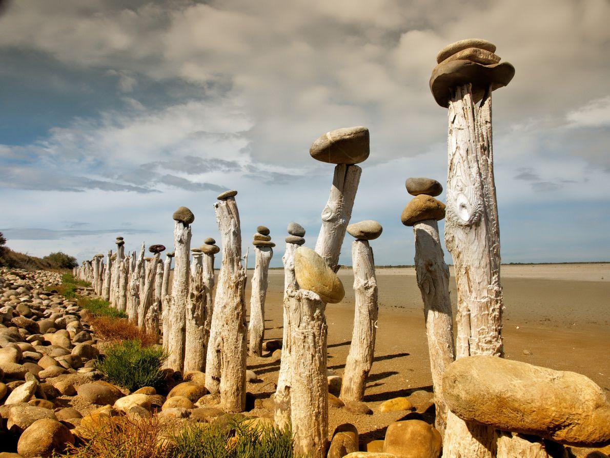 Comme pour conjurer le sort, de gros galets ont été mis en équilibre sur des centaines ...