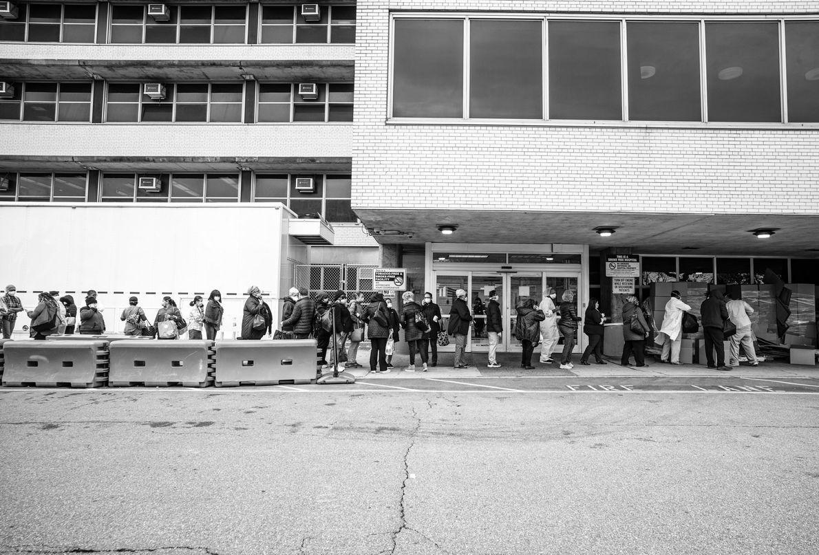 Les employés du Coney Island Hospital font la queue pour recevoir des équipements de protection individuelle ...