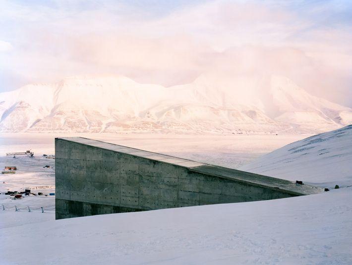 La neige recouvre les terres avoisinantes de la Réserve mondiale de semences du Svalbard sur l'île ...