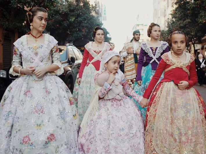 Avant le début des festivités, chaque quartier présente publiquement leur Fallera Mayor lors d'une cérémonie. Une ...