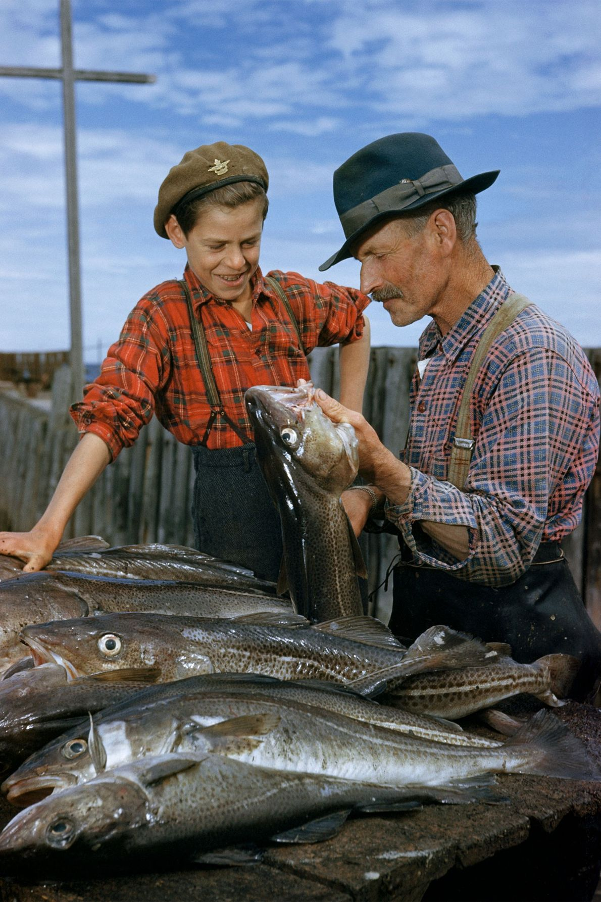 Dans les années 1950, au Québec au Canada, un père montre à son fils comment vider ...