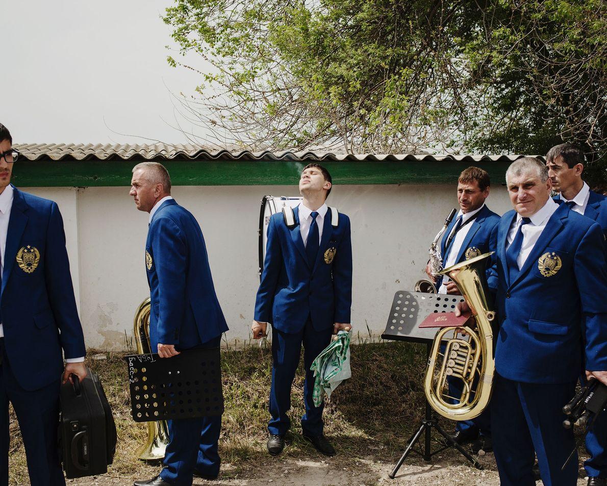 L'orchestre du « başkan », le gouverneur de la Gagaouzie, se repose après avoir joué lors ...