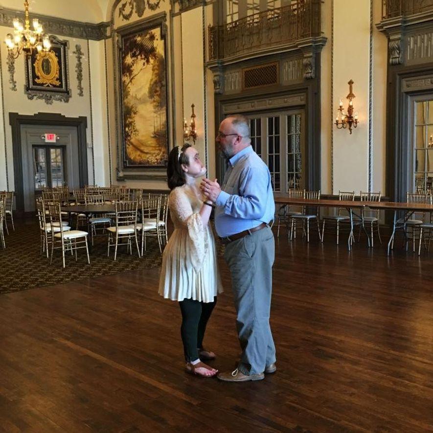 """Au Tudor Arms Hotel de Cleveland, Katie et son père chantent en dansant. """"Avant cela, je n'avais jamais passé beaucoup de temps avec mes parents"""", se souvient Katie, qui reconnaît que leur amour et leur dévouement ont contribué à lui sauver la vie."""