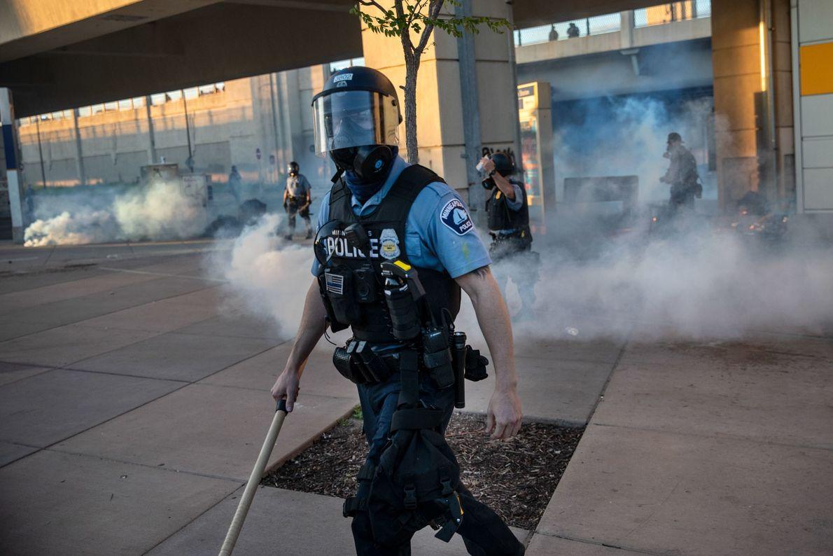 Vendredi, un officier de la police de Minneapolis a dispersé des personnes après que des gaz ...