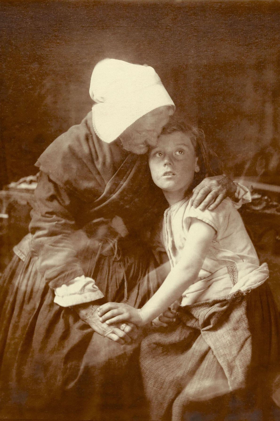 Une grand-mère flamande embrasse un enfant, en Belgique.