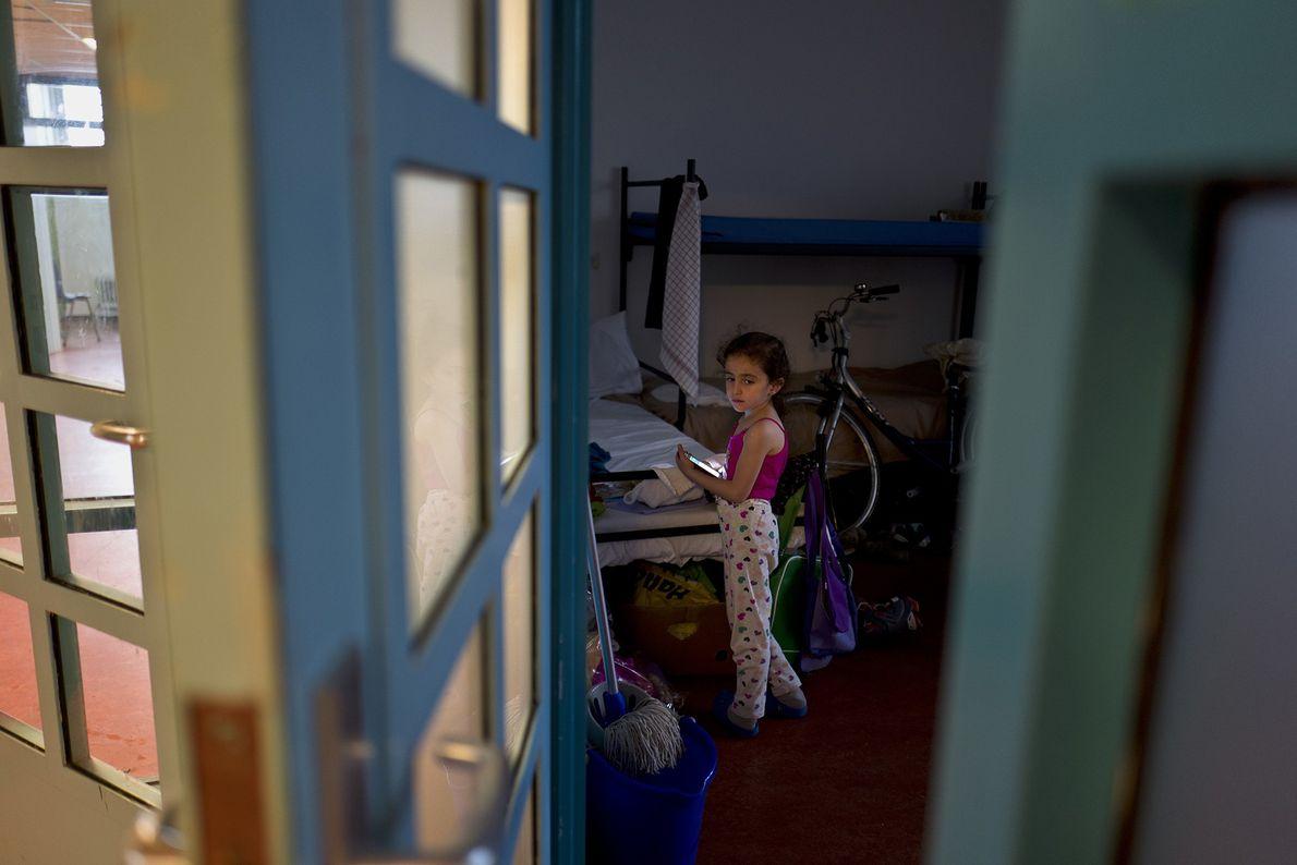 Sandi Yazji, 5 ans, a fui la Syrie avec sa famille. Elle se tient ici dans ...