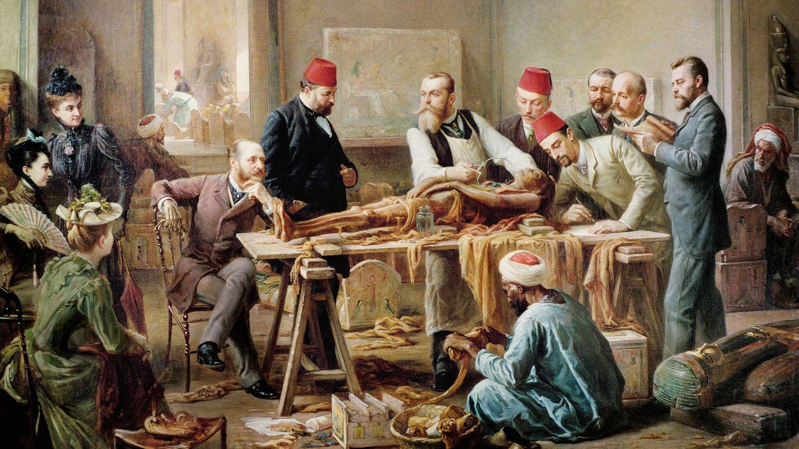 Le docteur Fouquet examine la momie démaillotée d'une prêtresse d'Amon, retrouvée à Deir el-Bahari. L'événement se ...
