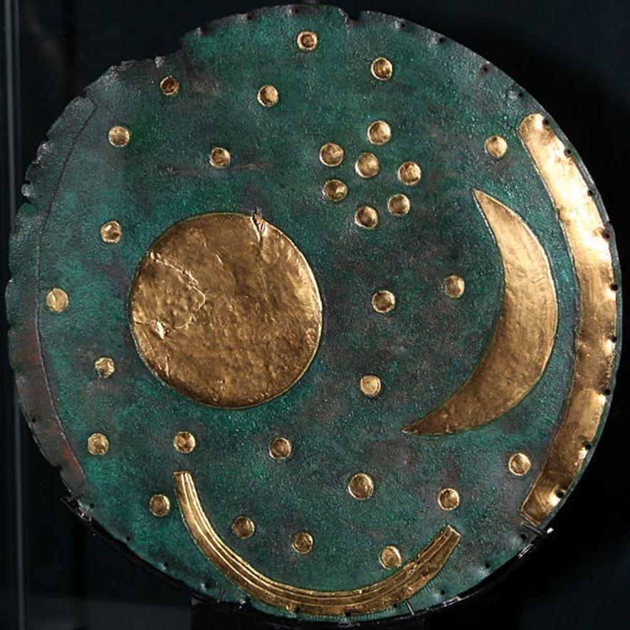 On peut observer sur ce disque les 32 points incrustés représentant les constellations des pléiades. Ce ...