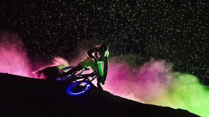 Des VTTistes phosphorescents illuminent la nuit