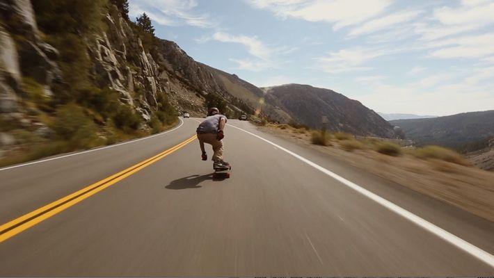 Regardez un skater dévaler une pente à la vitesse de l'éclair