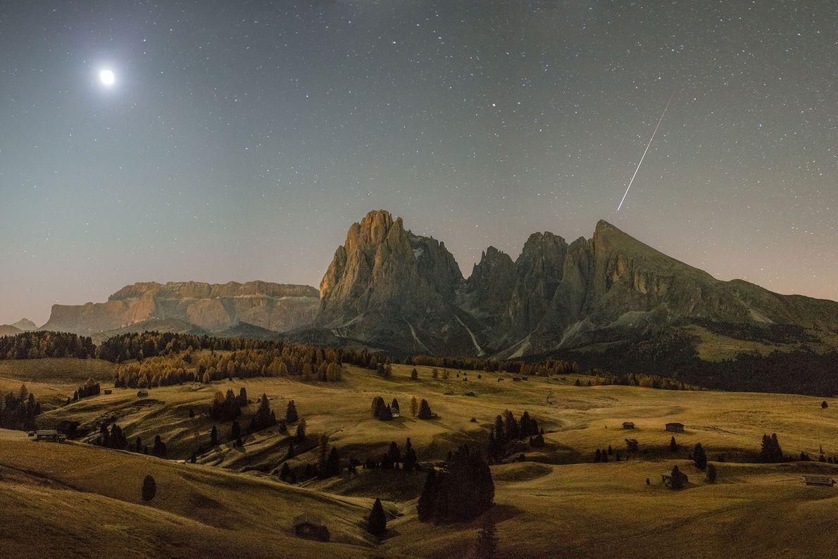 À l'automne au petit matin, une météorite survole les Dolomites dans le Sud-Tyrol en Italie.