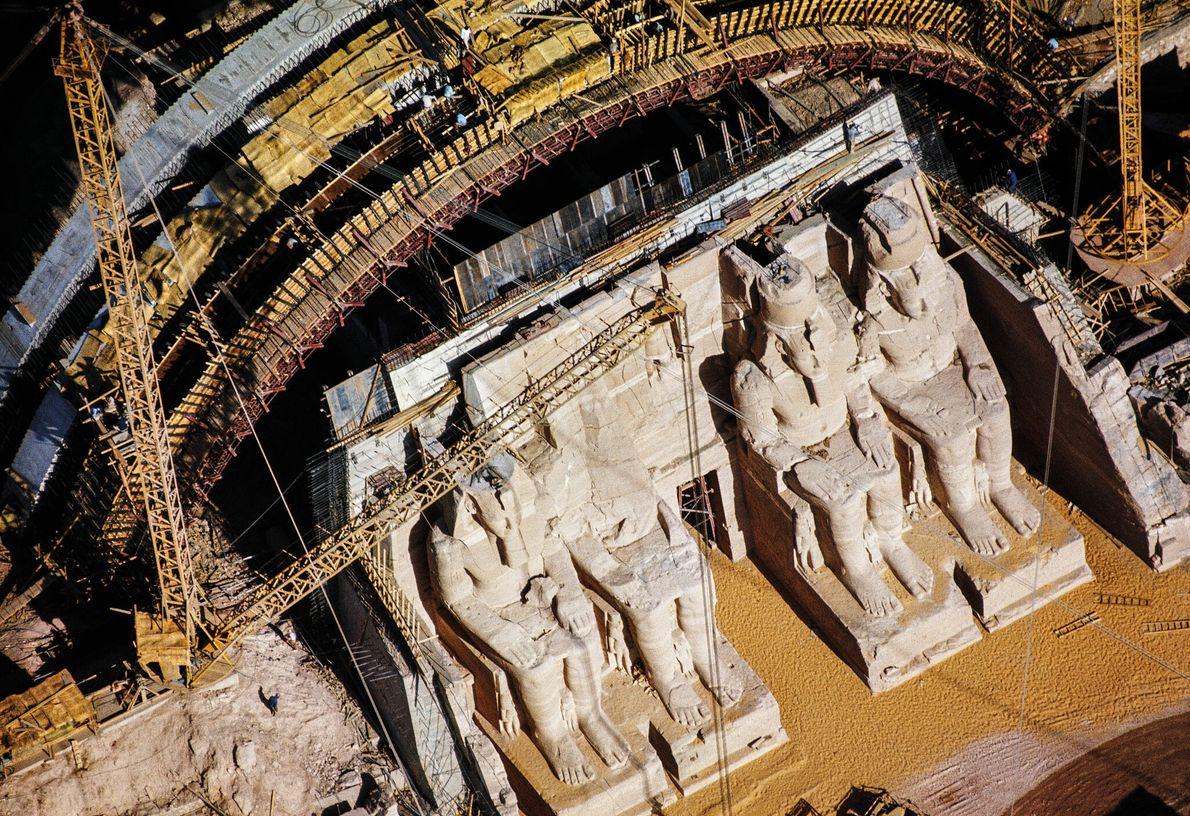 Une fois les statues colossales du pharaon en place sur le nouveau site du Grand temple, ...