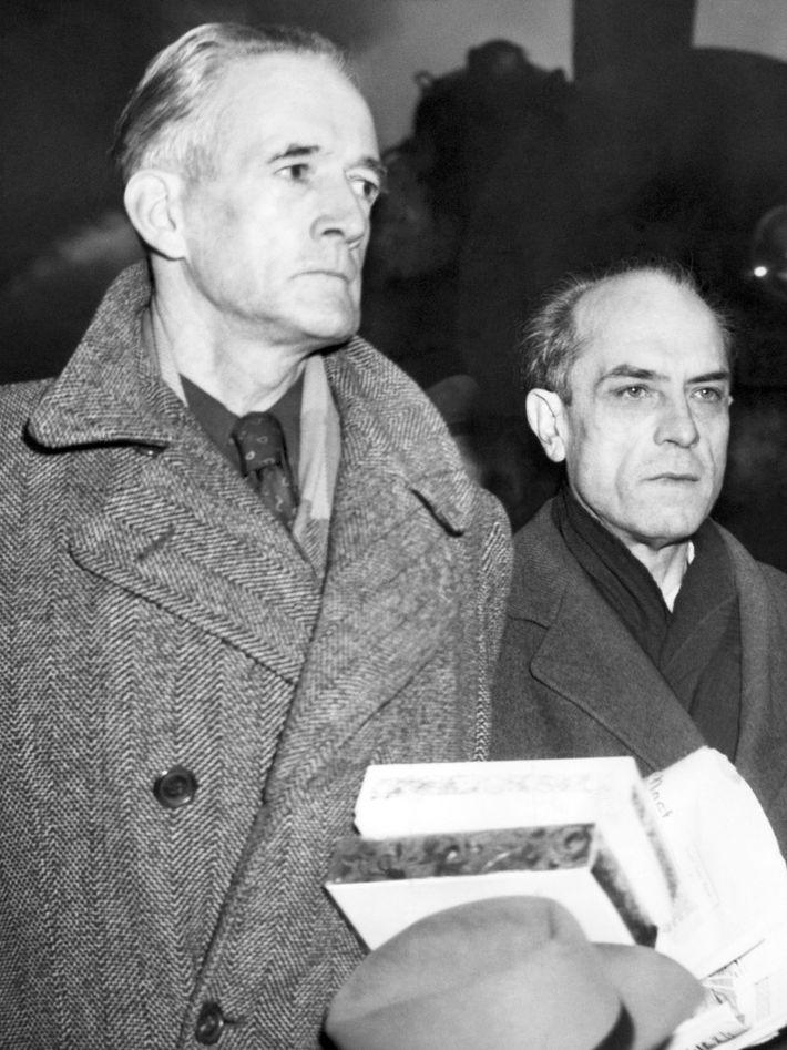 Douglas Chandler (à gauche) lors de son procès à Boston en 1947. Il était accusé de ...
