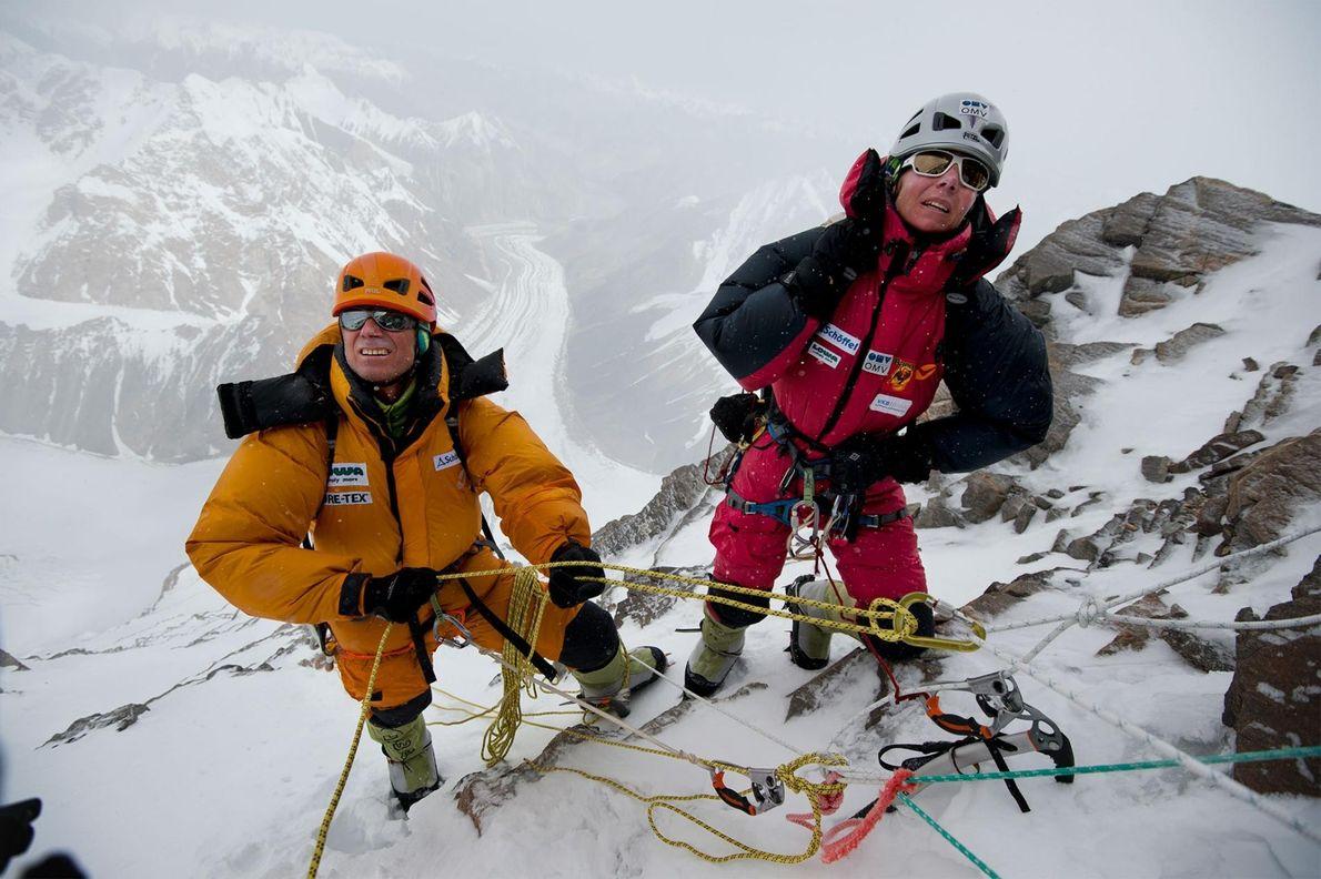 Gerlinde Kaltenbrunner et Ralf Dujmovits analysent la voie qui mène au Camp IV et à la ...
