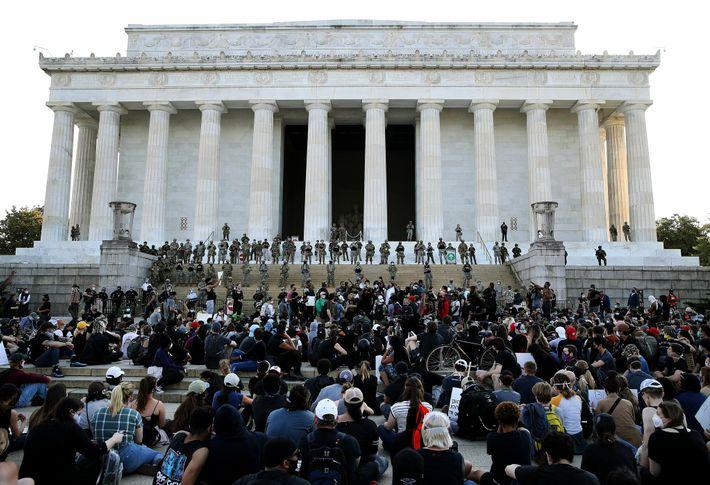 Des membres de la Garde nationale du District de Columbia montent la garde devant le mémorial ...