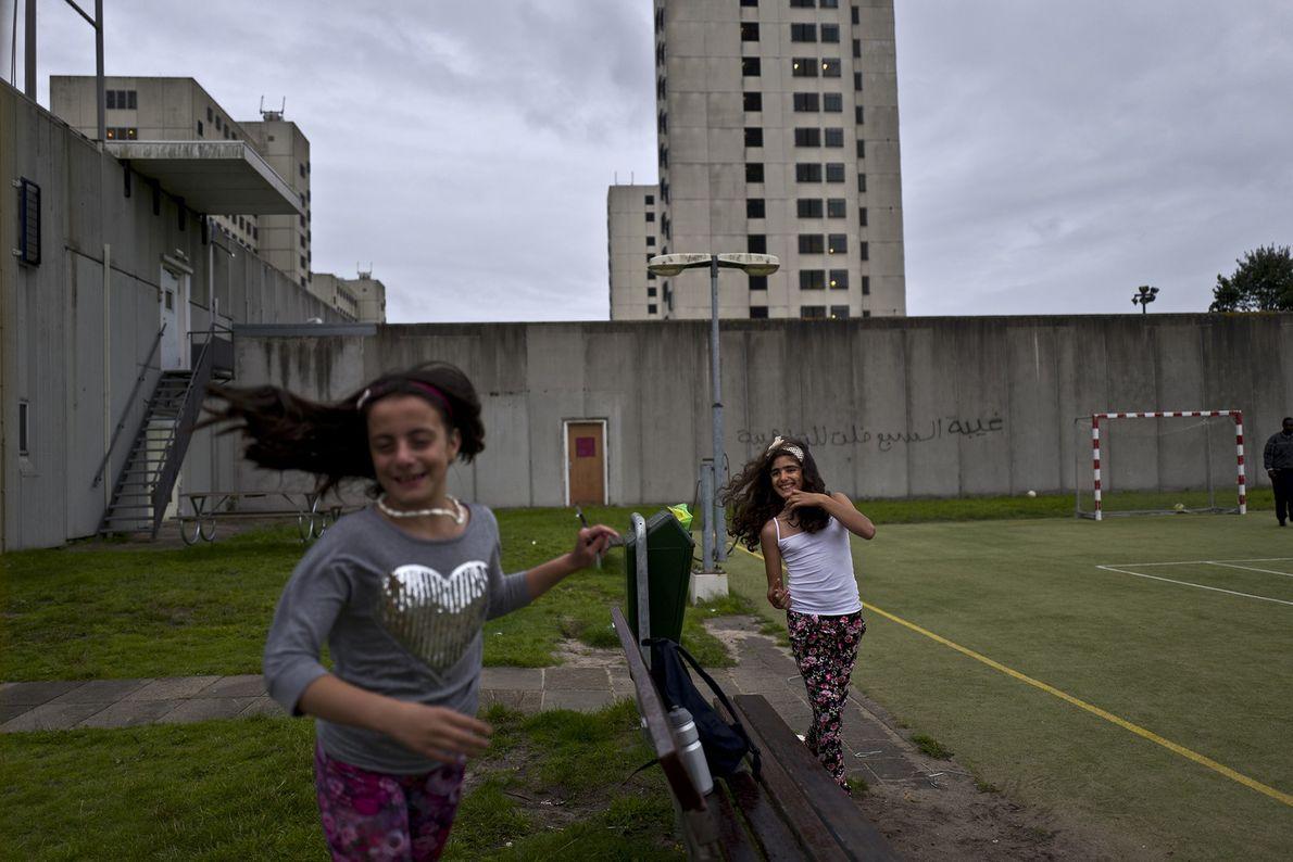 Des jeunes filles syriennes se courent après dans la cour de l'ancienne prison hollandaise. Mishleen Samir, ...
