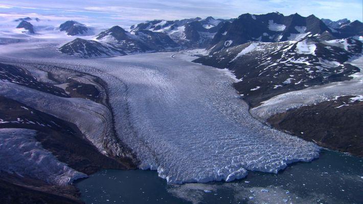 Des explorateurs survolent le Groenland
