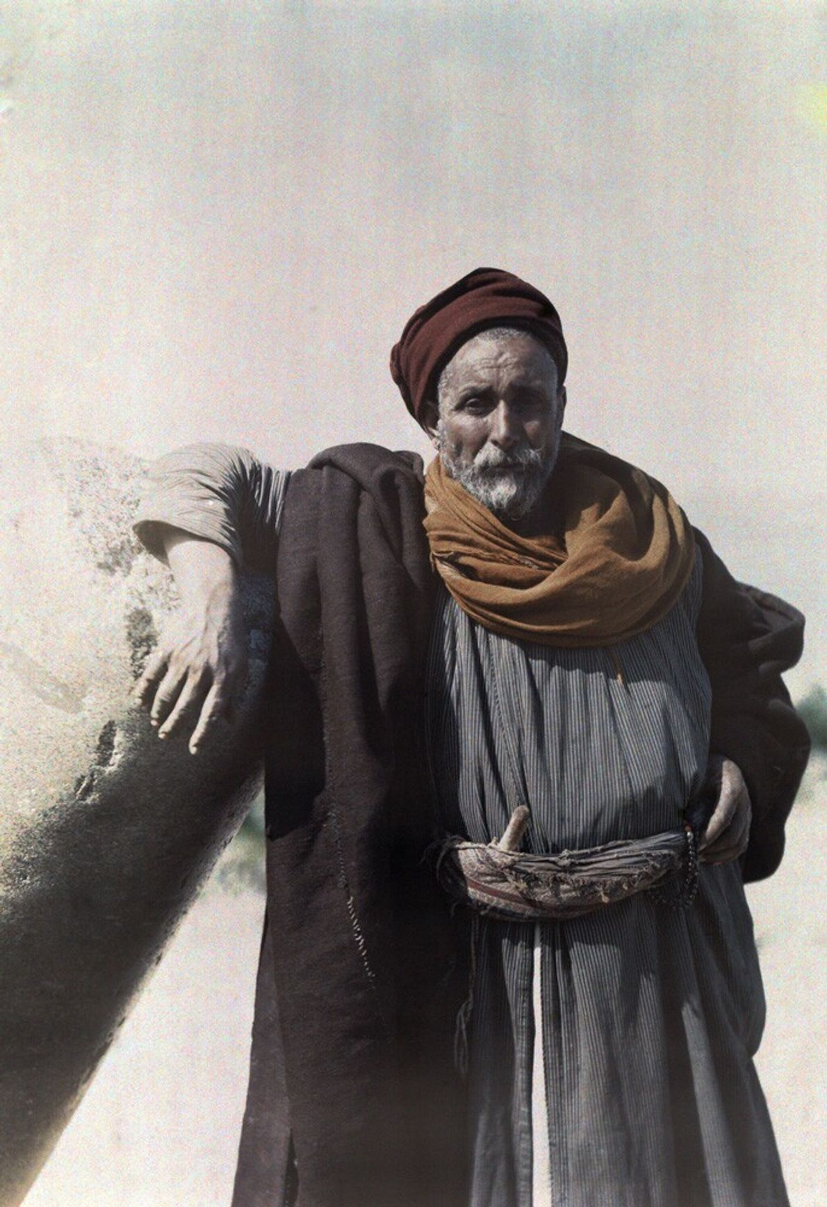 Palestine, 1926 : le chef d'une tribu nomade bédouine se tient près des ruines de l'ancienne Tibériade.