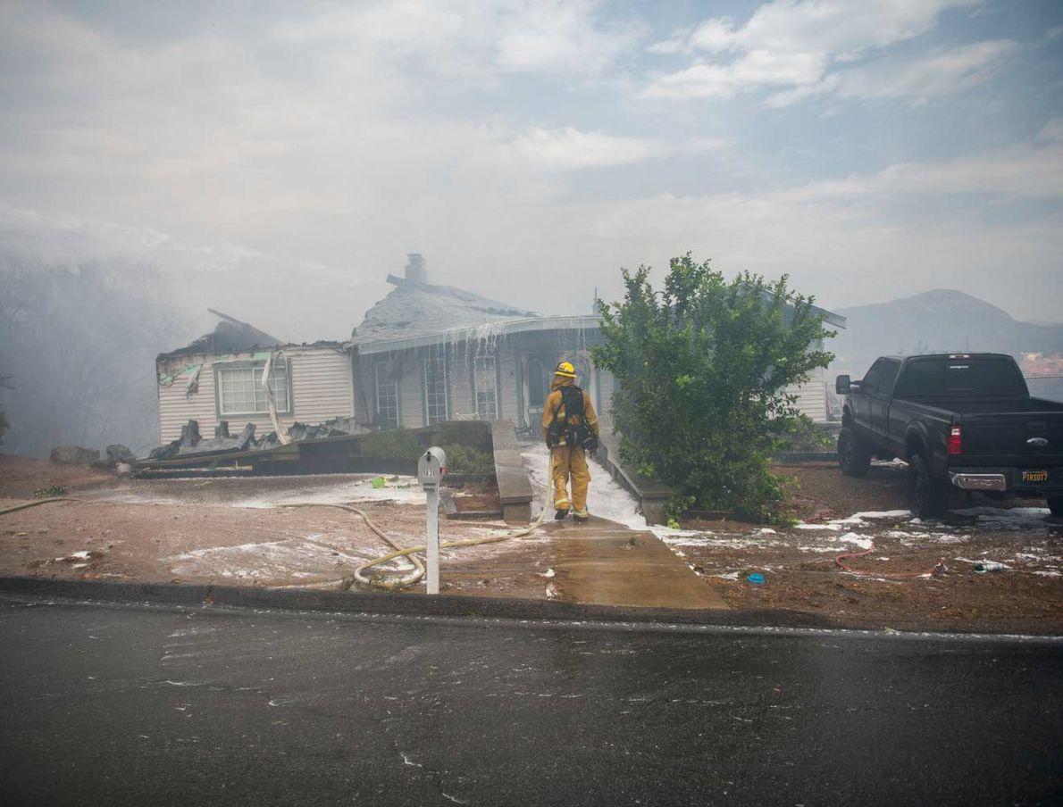 En Californie, dans le comté de San Diego, Alpine est ravagée par l'incendie West. Le 6 ...