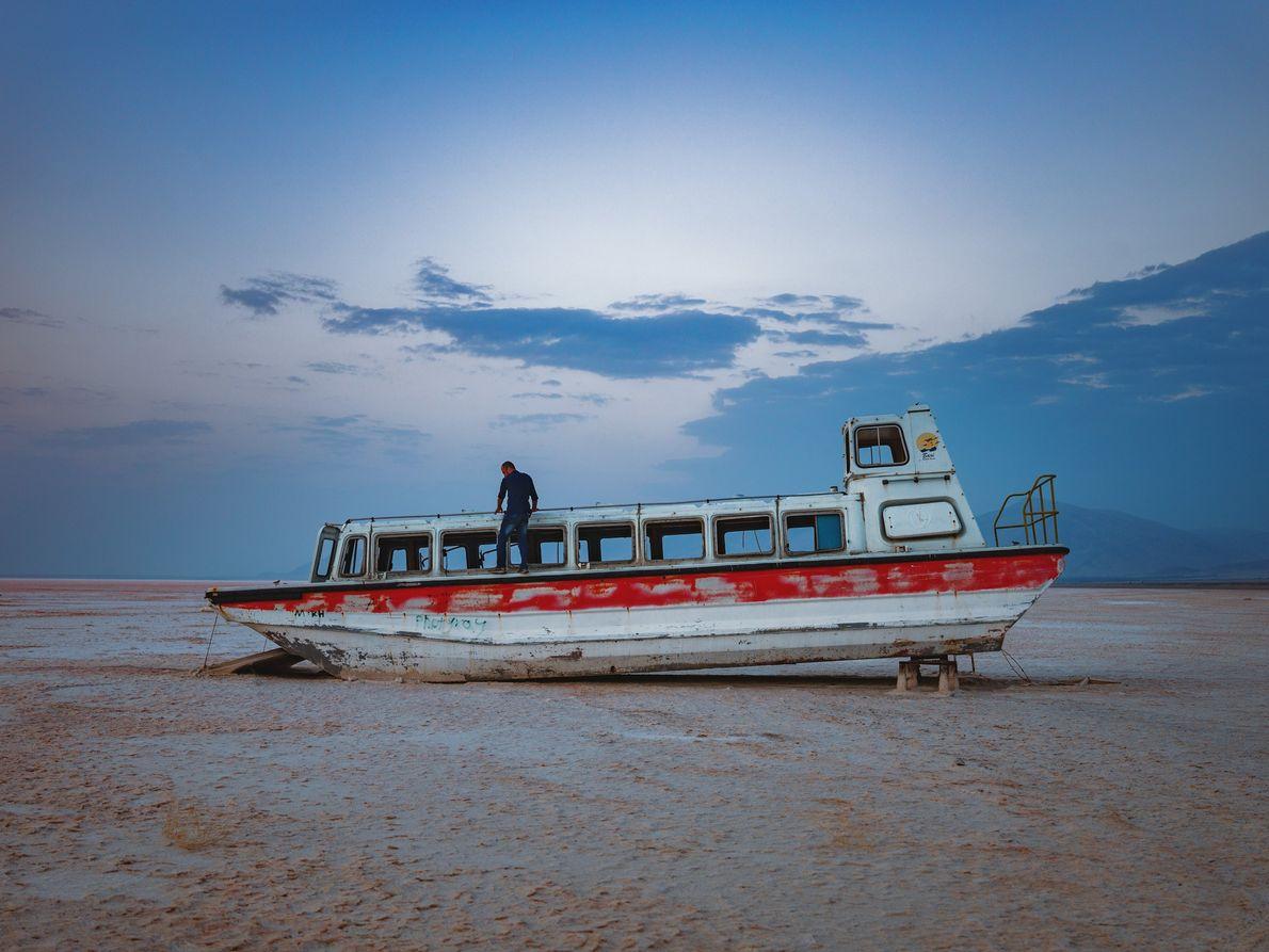 Cette épave de bateau de croisière témoigne des beaux jours du complexe hôtellier de Bari, situé ...