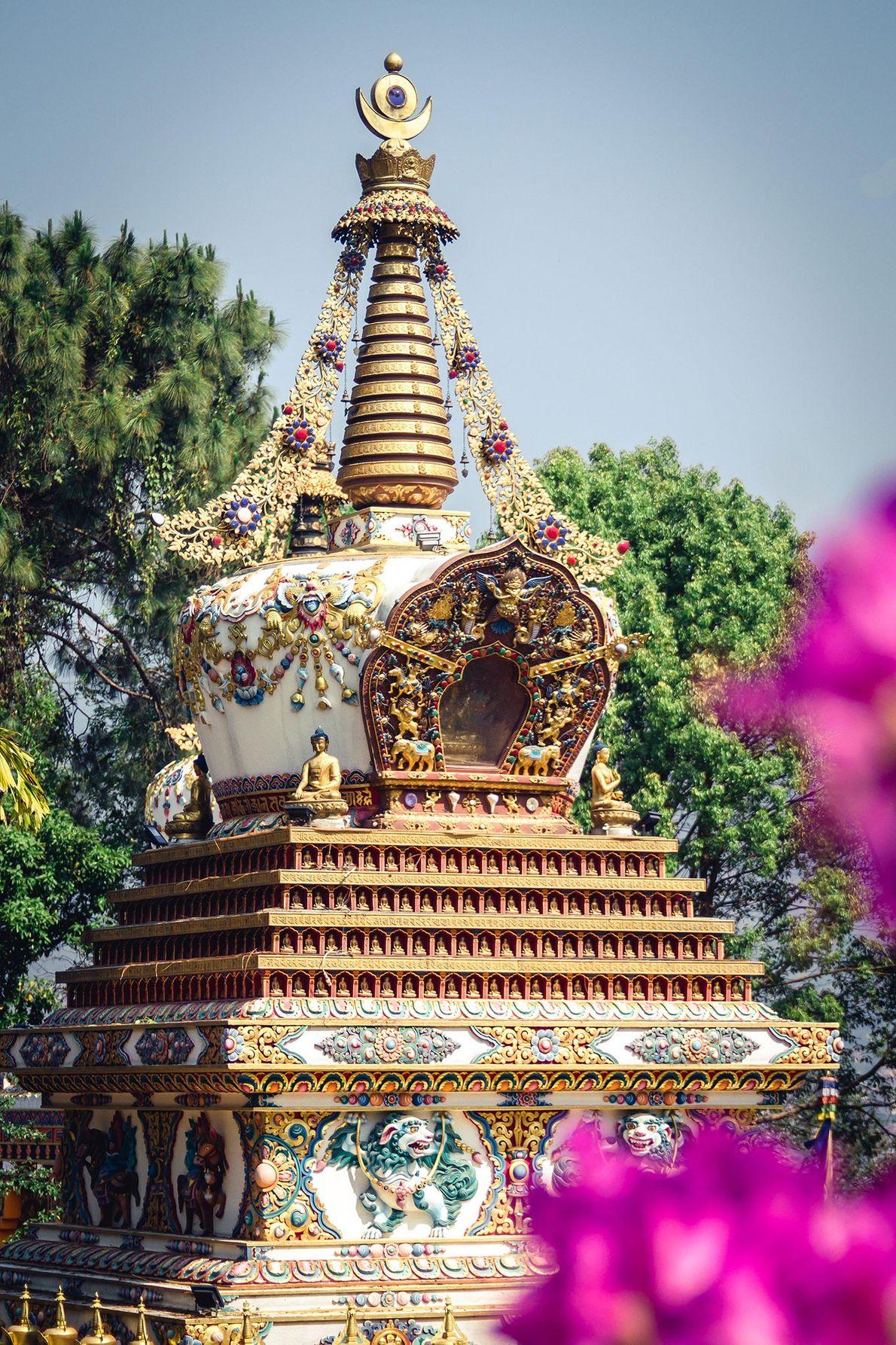 Lieu de résidence de centaines de moines bouddhistes chanteurs et d'étudiants étrangers en méditation, le monastère ...