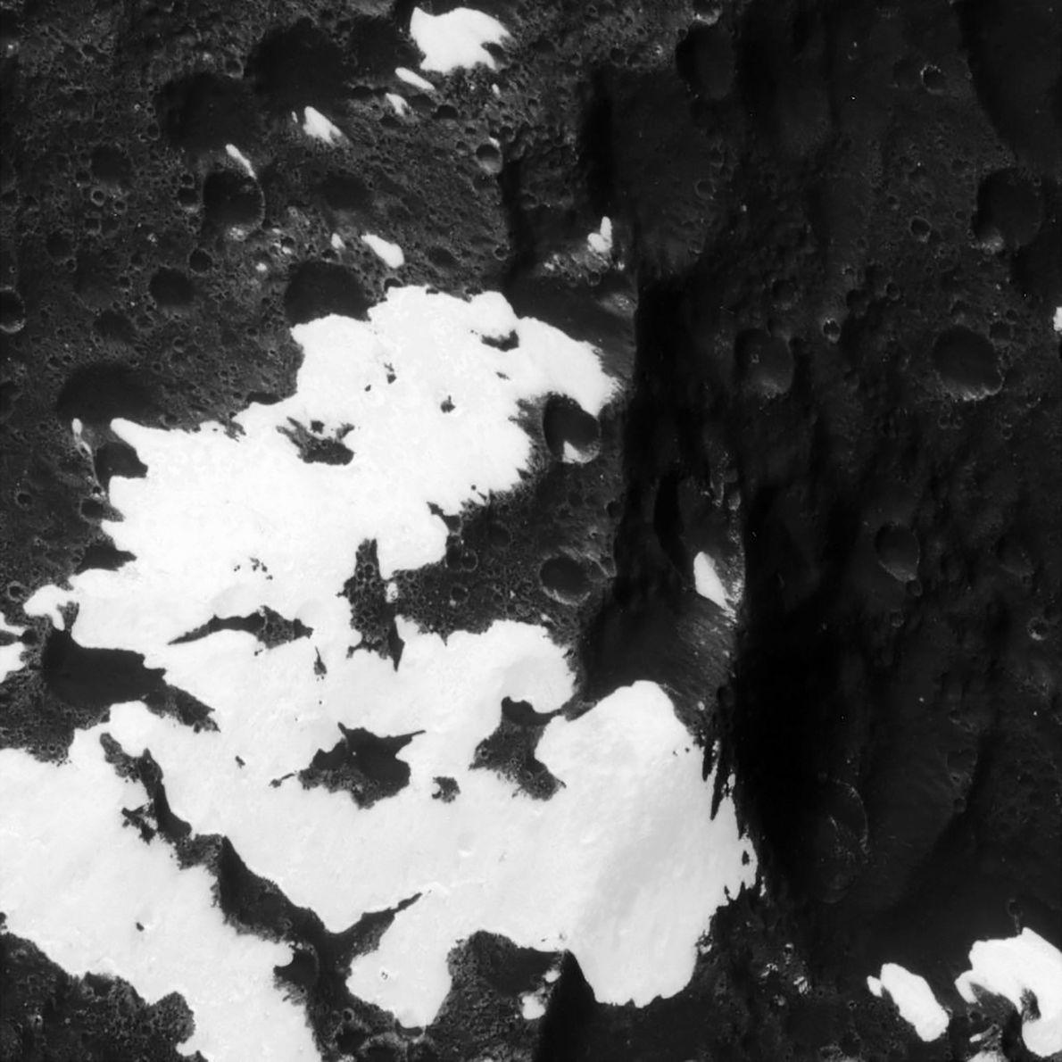 Plan rapproché de montagnes sur Japet, troisième plus grand satellite naturel de Saturne, identifié par la ...