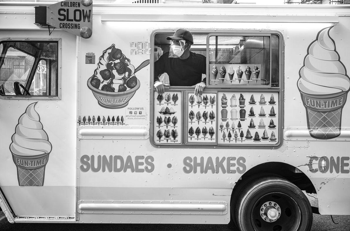 Un conducteur de camion de glaces Mr. Softie guette ses clients habituels de Howard Avenue à ...