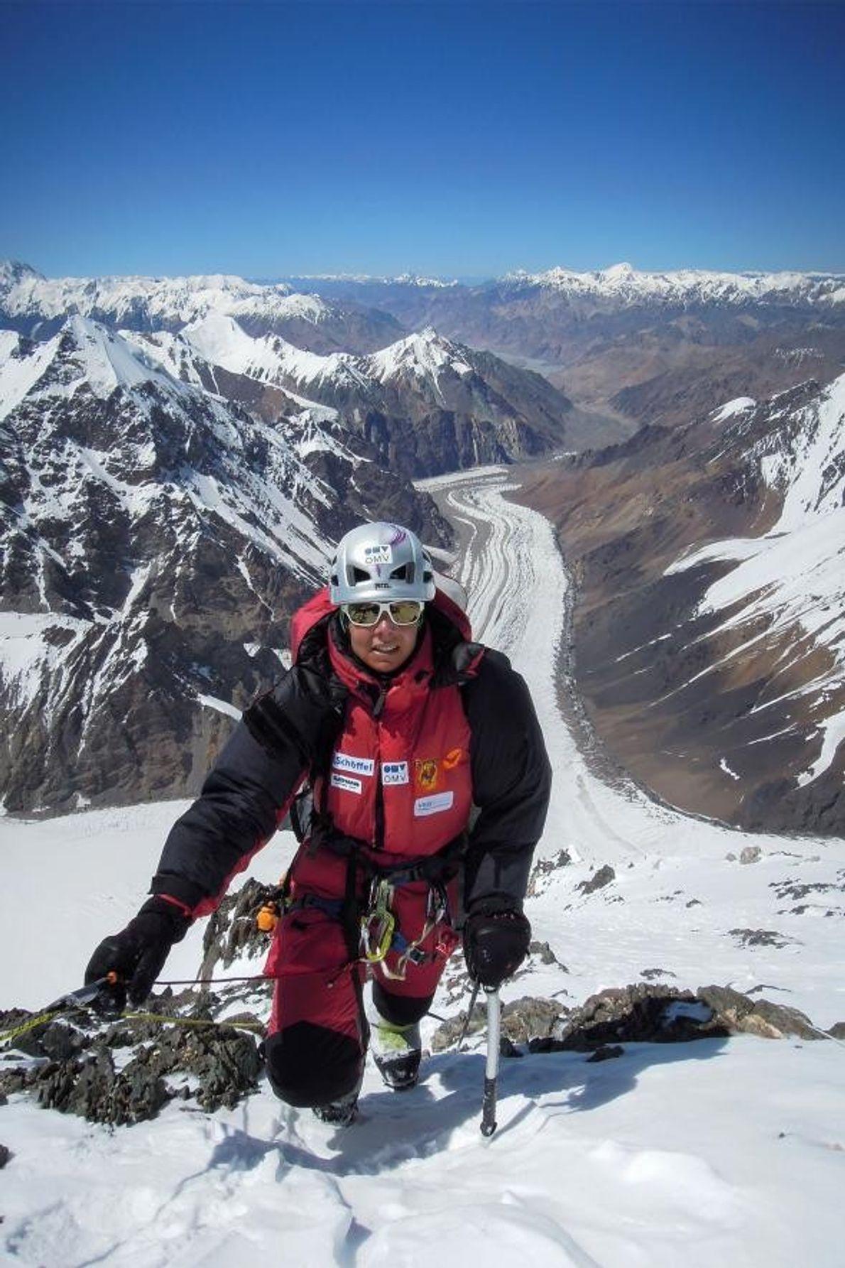 Gerlinde Kaltenbrunner escalade une voie marquée du K2.