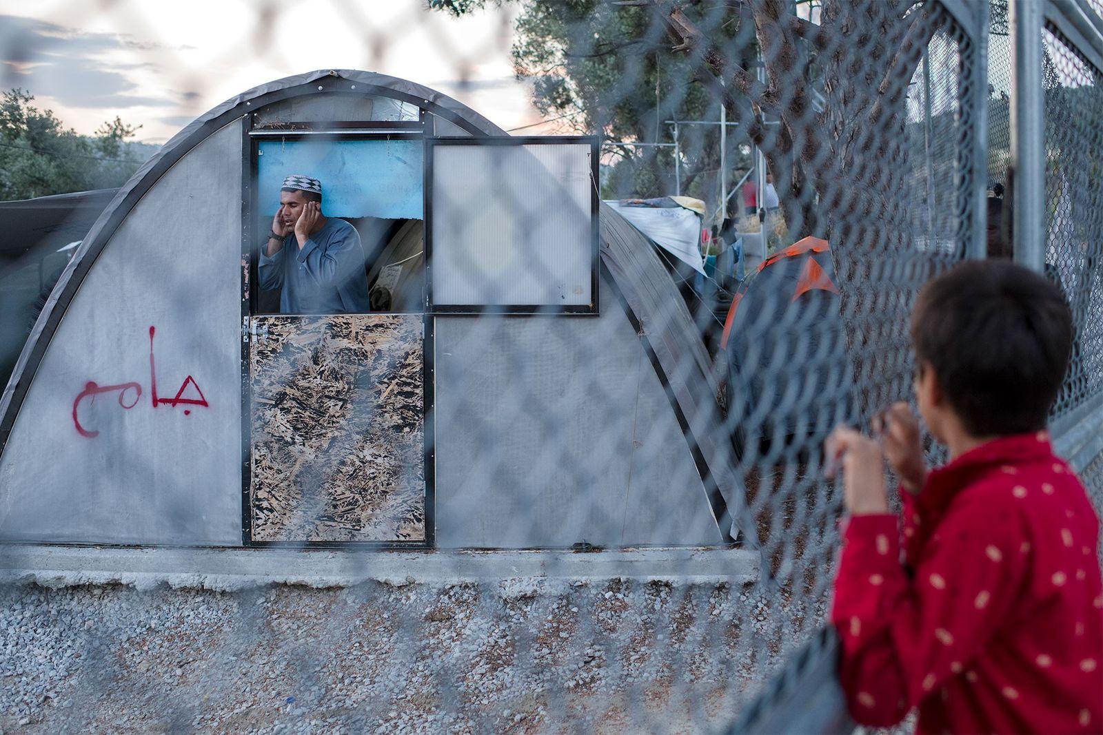 Le camp de Moria, sur l'île de Lesbos, est si surchargé que des réfugiés vivent désormais ...