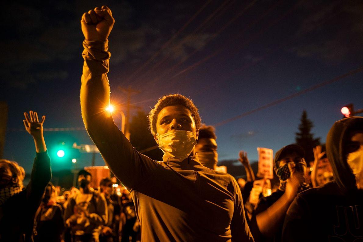 Vendredi 29 mai, des manifestants se sont rassemblés devant un commissariat de police de Minneapolis pour ...