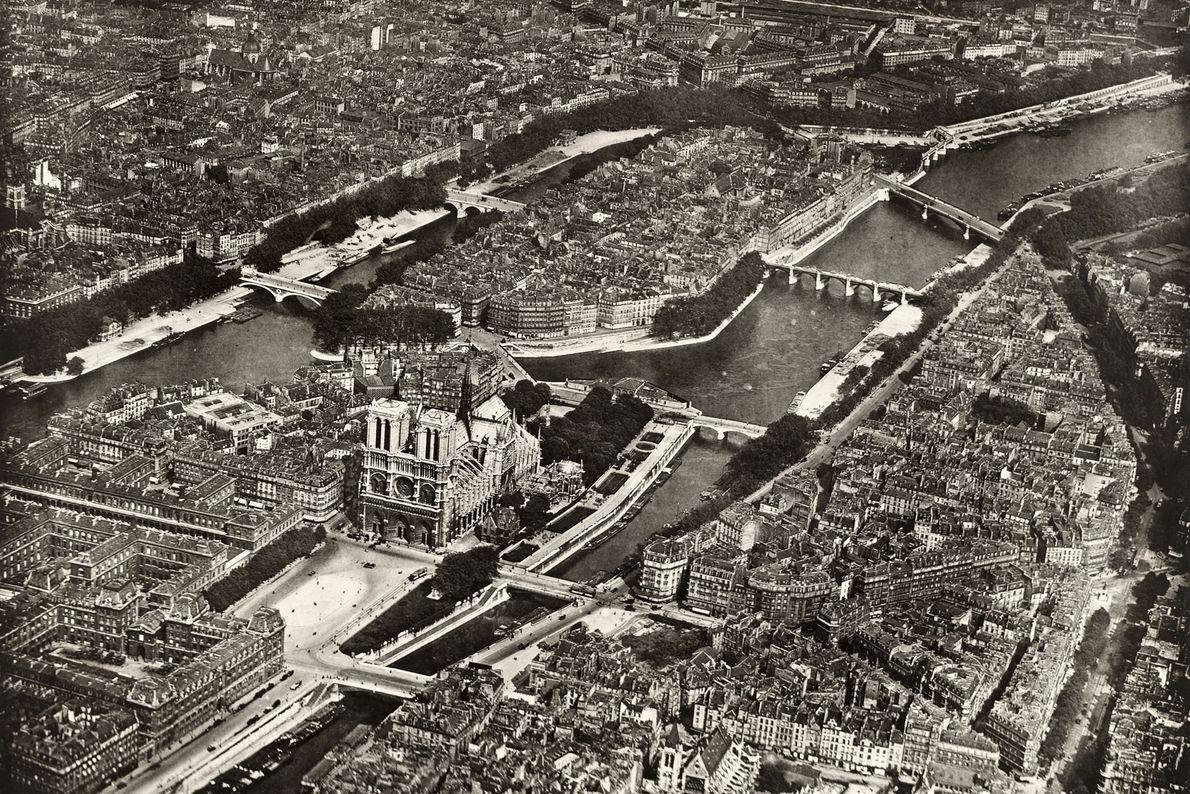 Au centre de Paris, la cathédrale Notre-Dame est l'une des attractions touristiques les plus fréquentées au ...