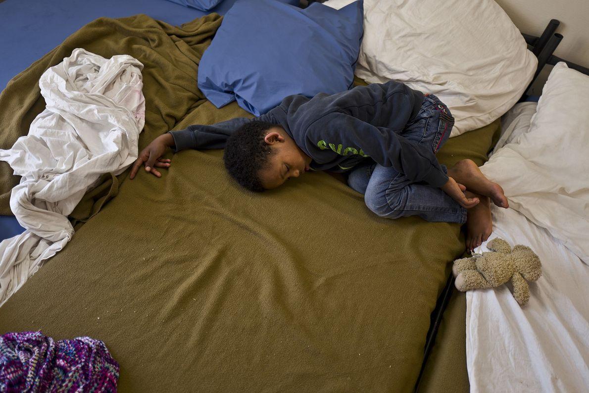 Solomun Drat, 7 ans, vient d'Érythrée. Il dort sur un lit installé dans la cellule de ...